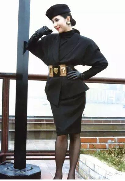 (设计师王新元90年代初的作品。如果单看这个作品,没人会评价90年代初中国女性不懂时尚。)