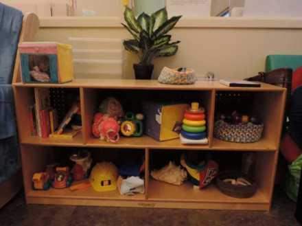这是婴幼儿室。因为宝宝都喜欢在地上爬,所以访客都必须脱鞋进入。